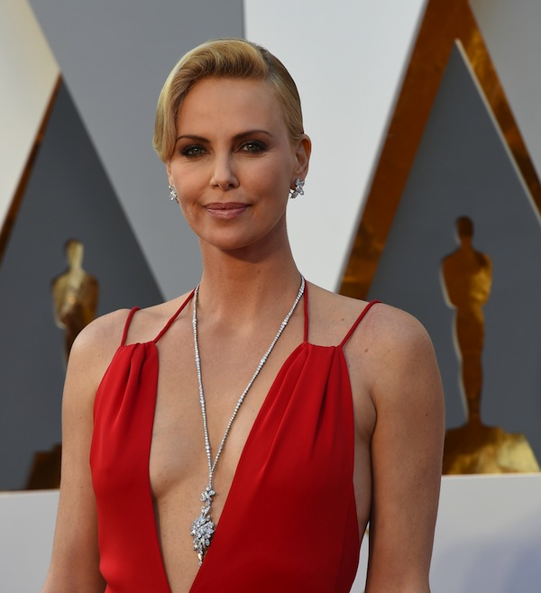 Actress Charlize Theron arrives on the red carpet for the 88th Oscars on February 28, 2016 in Hollywood, California. AFP PHOTO / VALERIE MACON / AFP / VALERIE MACON (Photo credit should read VALERIE MACON/AFP/Getty Images)